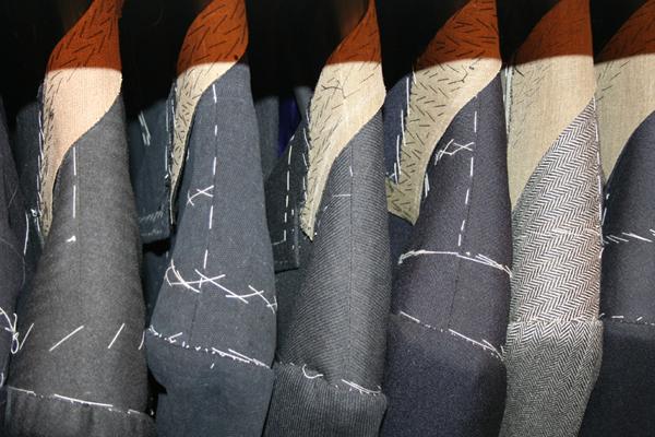Elegantné pánske obleky na mieru v procese výroby