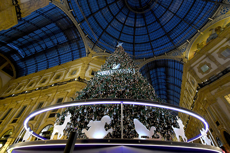 The 2018 Swarovski Christmas tree in the Galleria (C) Swarovski
