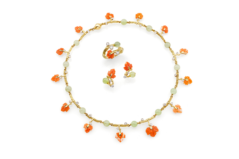 Parure signed Scavia consisting of necklace, earrings and ring in 18 carat yellow and white gold mounting brilliant cut diamonds weighting approx. 1,50 ct overall, carved coral. Original box included.